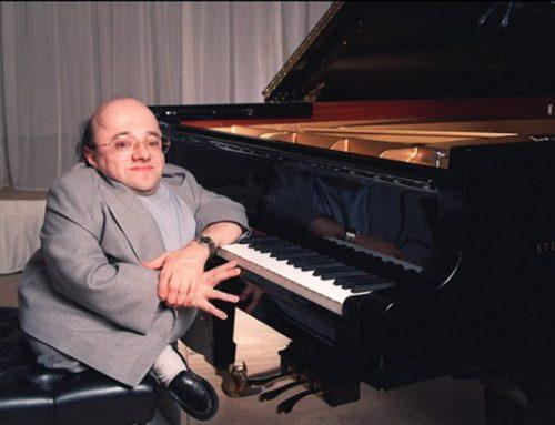 La storia del pianista impossibile e della creatrice di macchine per abbracci